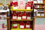 清泉女子大学附属図書館が新春企画として「福袋」を用意 -- 図書館スタッフと学生スタッフがテーマごとに3冊を選びパッケージ