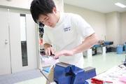 義足の基になる石膏をミリ単位で削り調整する藤田さん.jpg