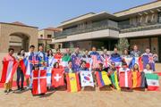 全員で国旗を結び開学を祝った.jpg