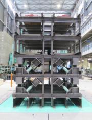 大型振動台に設置された4層鋼構造試験体.png