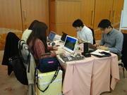 プログラミングに挑戦する参加者ら.JPG