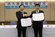 本学安井利一学長(左)と千葉県立浦安高等学校の若菜秀彦校長(右)