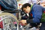 障害者スポーツ大会に2年連続で義肢装具学専攻の学生が車椅子や義足のリペアブースを出展 -- 広島国際大学