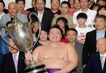 大相撲幕内初優勝_朝乃山英樹関_凱旋パレード_本学から近大マグロを贈呈