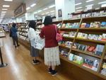 図書館に置く本を学生の目線で選定 第21回 学生選書ツアーをジュンク堂書店で開催