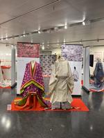 現代のフランス、パリに蘇る日本の美「源氏物語と日本文化 -- 現代に蘇る源氏物語の世界 -- 」展 日本の皇室ゆかりの平安装束を再現、「十二単」の着装や香道の実演も 実践女子大学が時空を超えて描く日本文学最高傑作の世界