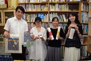 鎌田准教授(左端)と学生たち.JPG