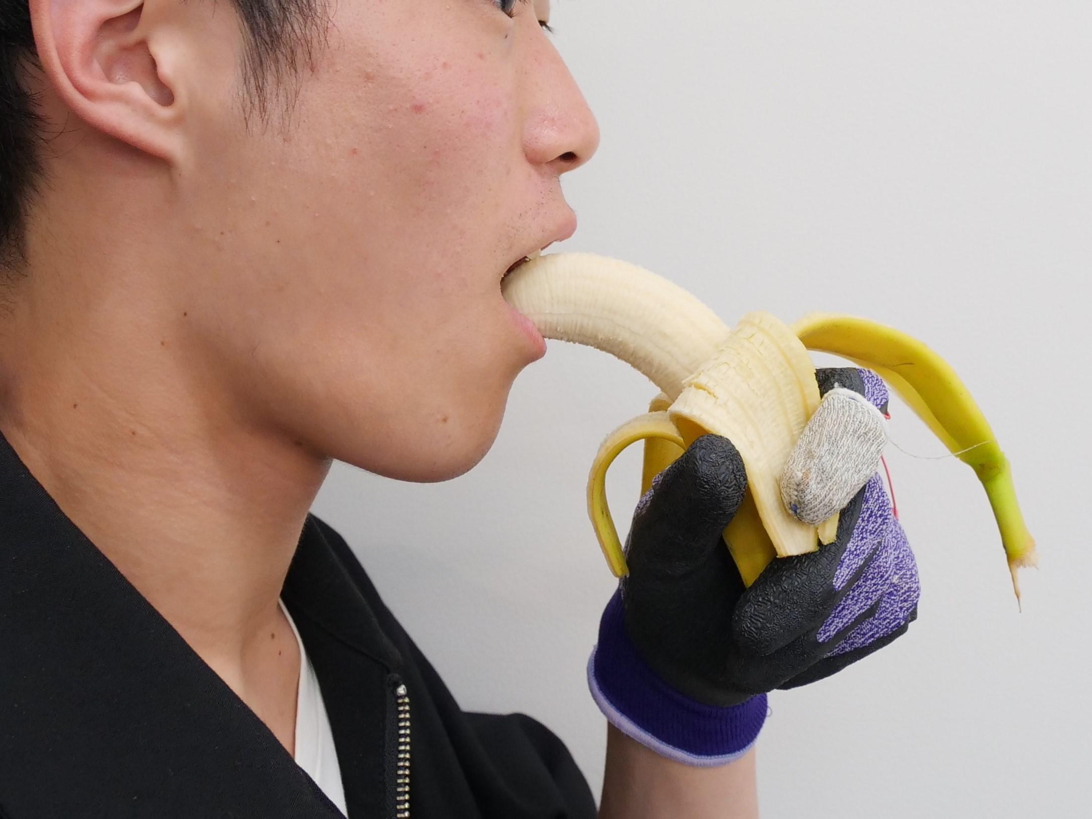 総合数理学部 宮下芳明研究室「食べ物の味を変える手袋」を開発