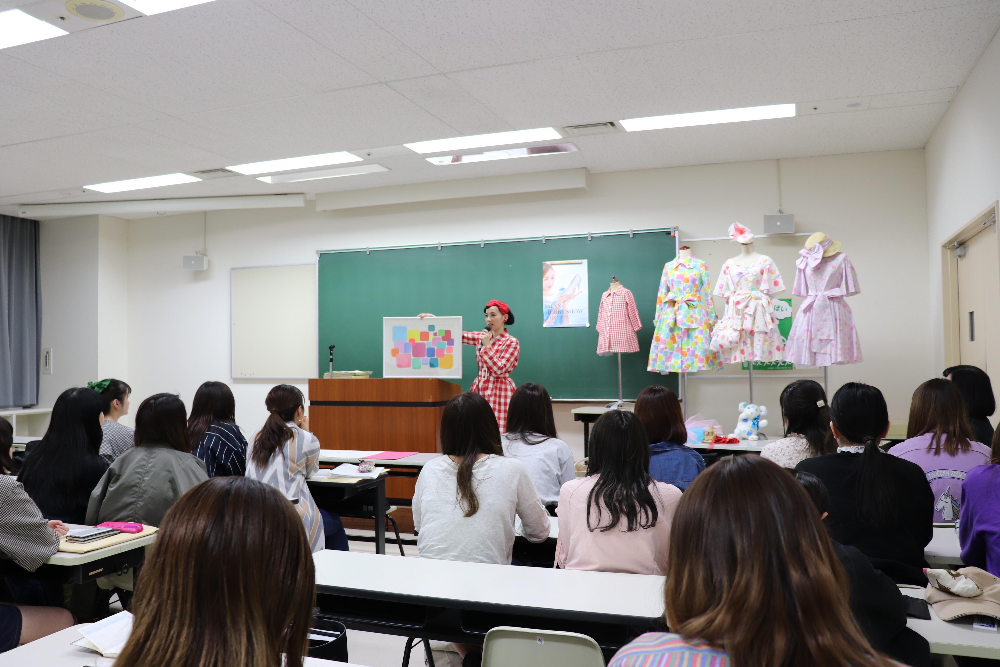 文化学園大学短期大学部ファッション学科が第42回2018日本ホビーショー会場で、卒業生の篠原ともえさんとコラボレーションして参加。(4月26日~28日)