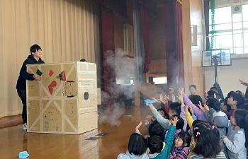 【京都産業大学】科学の魅力を伝えるサイエンスコミュニケーション研究会「サングラス」の学生が、地域の小学校で児童向けの科学体験イベントを開催