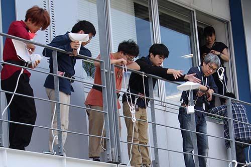 工学部基礎理工学科の新入生歓迎イベント「卵落としコンテスト」を開催