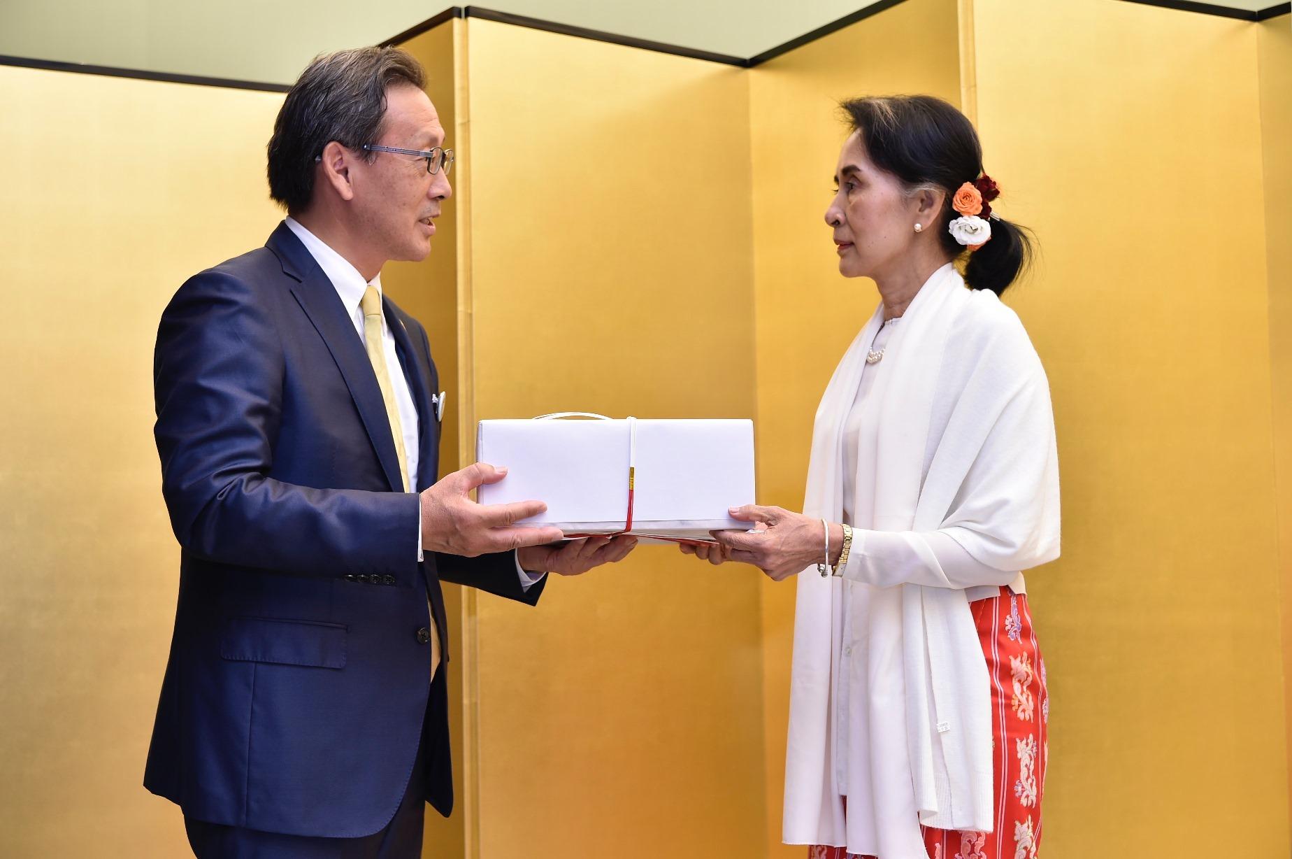 アウン・サン・スー・チー ミャンマー連邦共和国国家最高顧問と龍谷大学生10名らが京都迎賓館で懇談会を実施 -- ミャンマーとの学生交流や仏教研究等連携の促進へ