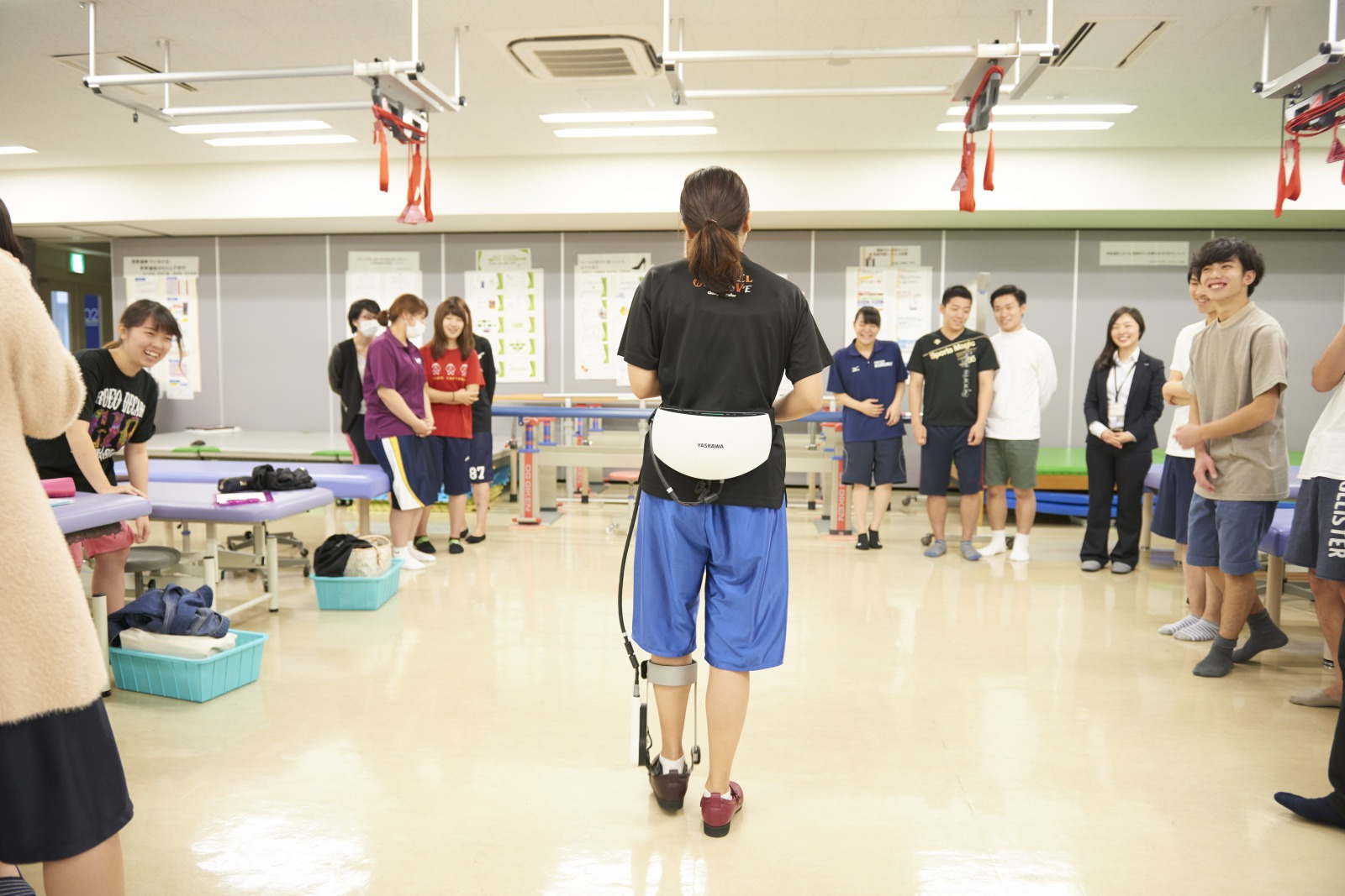 株式会社安川電機の協力のもと、脊髄損傷者用歩行アシスト装置ReWalk・足首アシスト装置の講義とデモンストレーションを実施 -- 帝京平成大学