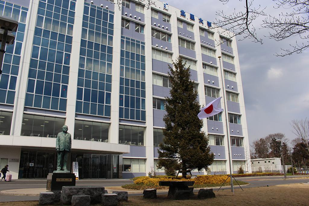 北里大学が半旗を掲揚し、東日本大震災による被災者を追悼