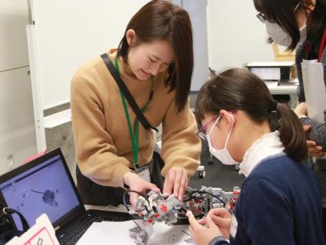"""芝浦工業大学 -- """"工学女子を育てよう!プロジェクト"""" 女子学生が、女子中学生を対象にロボットプログラミング講座を実施"""