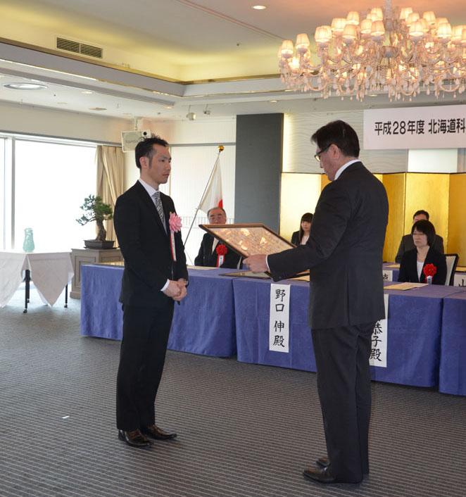 北翔大学スポーツ教育学科の山本敬三教授が「北海道科学技術奨励賞」を受賞 -- ジャンプ競技に対する多様な功績が評価