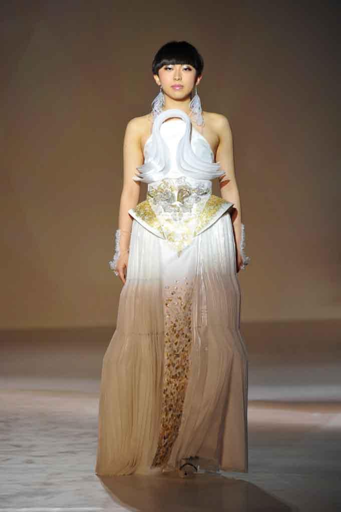 文化学園大学(東京都渋谷区)服装学部服装造形学科(2016年度入学生より「ファッションクリエイション学科」)がファッションショー「Re」を開催