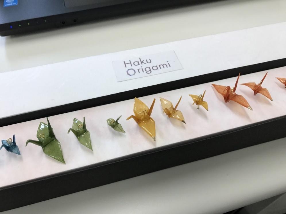 金沢工業大学経営情報学科・松林研究室はヴィスト株式会社との共創で障害者就労支援を目的とした新商品「Haku Origami(TM)(箔折紙) 」を開発 -- 今月より県内の主な土産物店で販売を開始
