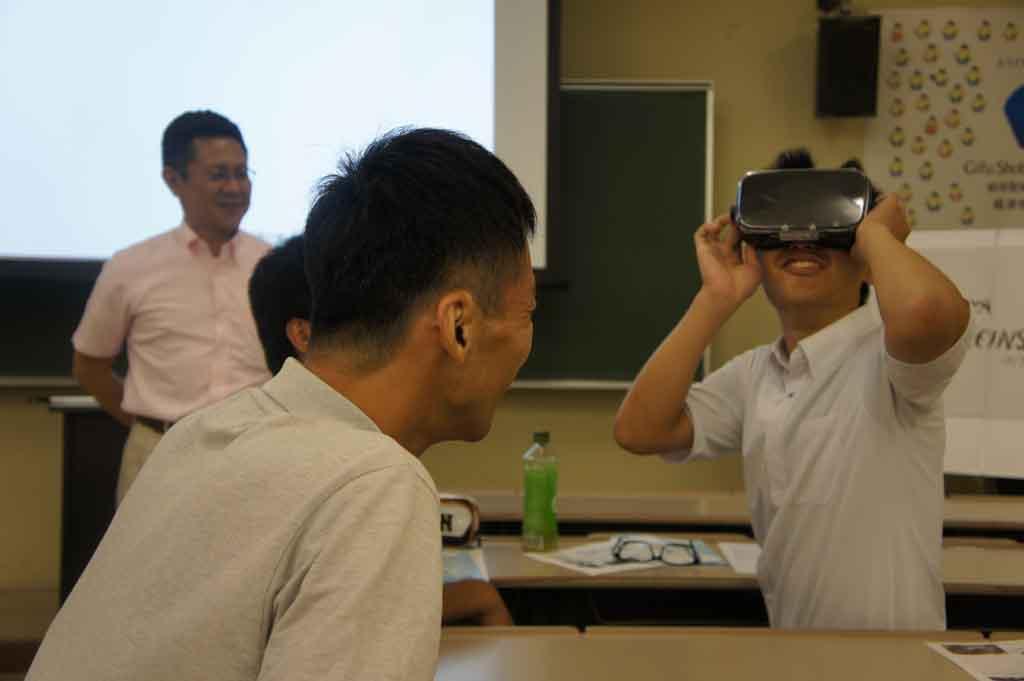 岐阜聖徳学園大学がオープンキャンパスでVRを使った模擬授業を実施 -- アインシュタイン博士がテーマ、九州大学と共同開発