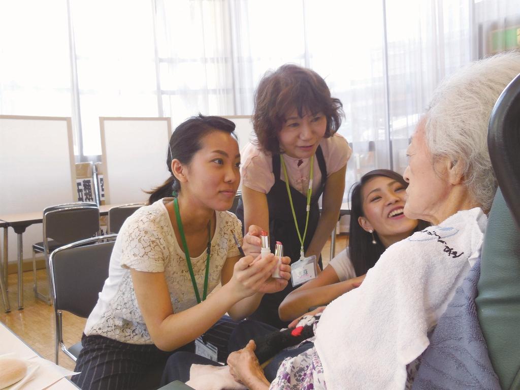 文化学園大学 現代文化学部 応用健康心理学科学生が、高齢者へのメイク施術を通して「心の支援」