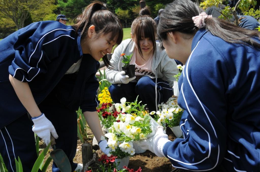 昭和大学富士吉田教育部1年生が、富士吉田ロータリークラブと合同で植花活動を実施