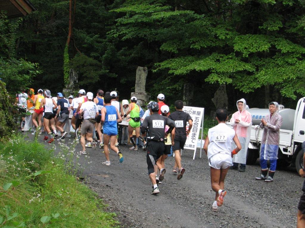昭和大学の学生と教職員が、昨年に引き続き「富士登山競走」でボランティア活動を実施