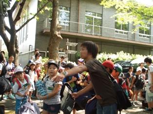 """淑徳大学公開講座""""千葉の自然と遊ぼう!子どもキャンプ教室""""の参加者が出発――今年は定員の2倍を超える人気"""