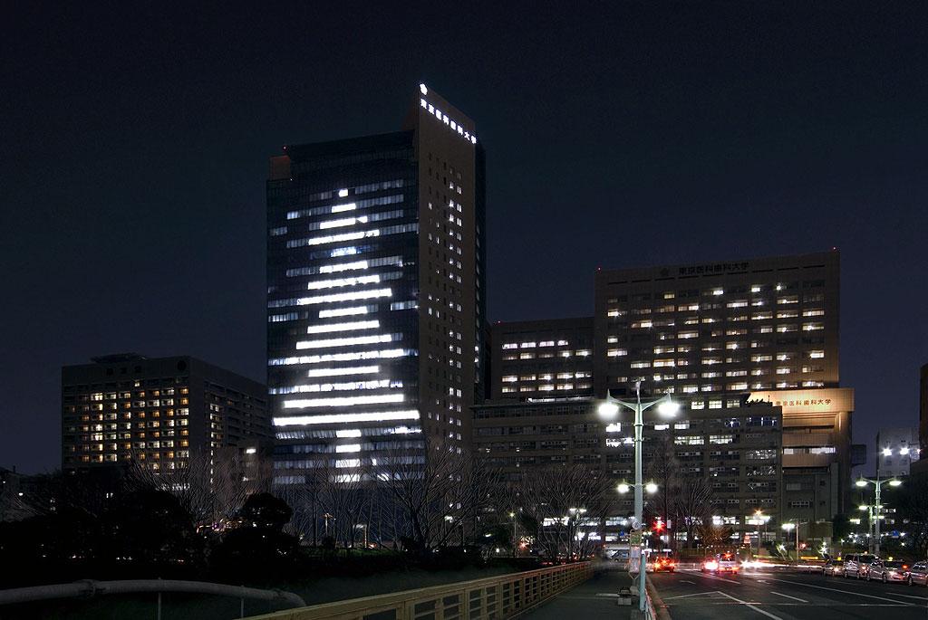 イブの夜に45分間のサプライズな贈り物――東京医科歯科大学がM&Dタワーの照明を利用して、巨大クリスマスツリーを表現