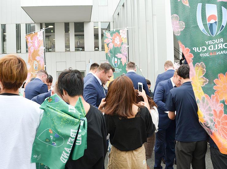 帝京平成大学の学生らがラグビーワールドカップ2019日本大会のチームウェルカムセレモニーに参加 -- アイルランド代表選手らと交流