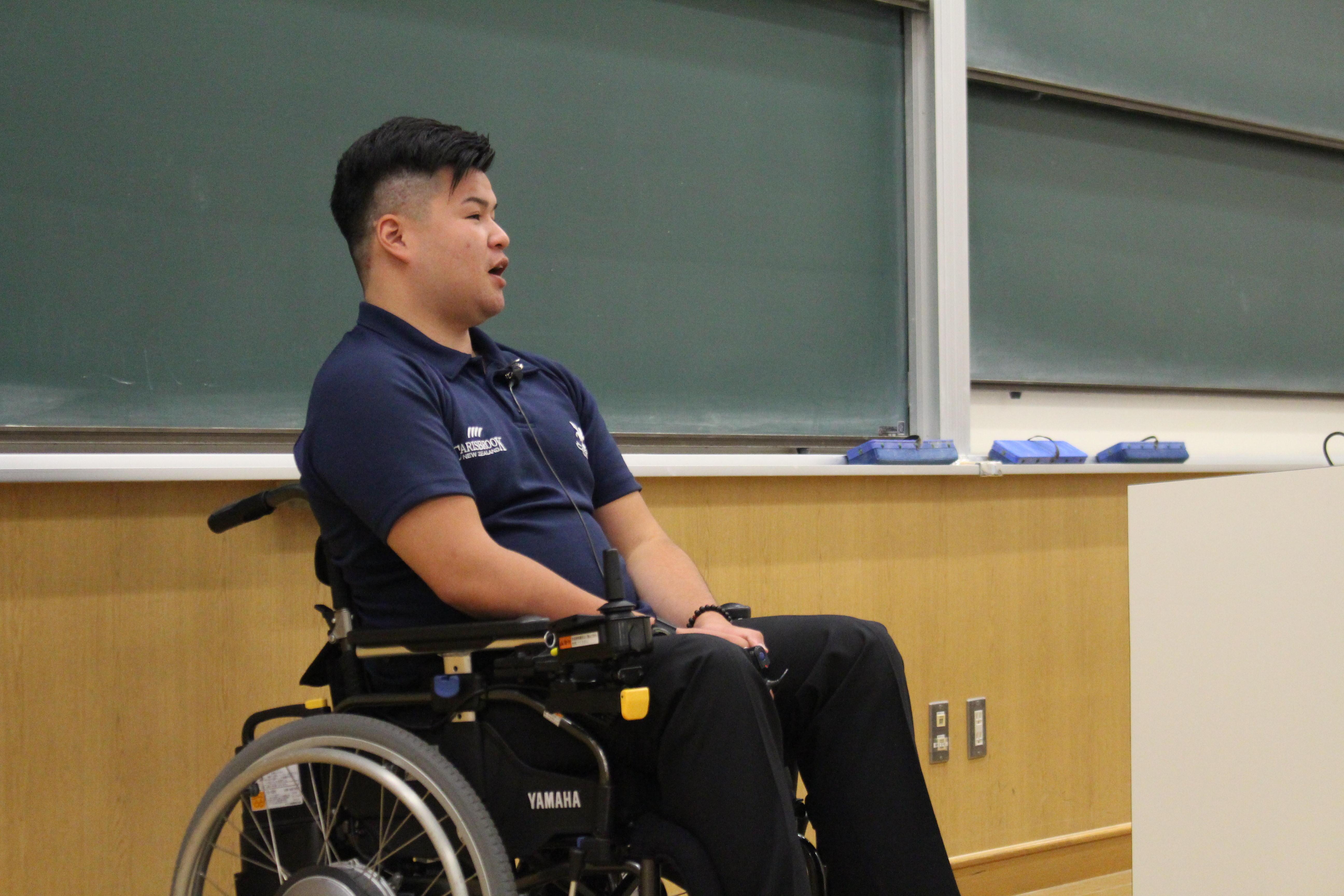 【京都産業大学】「今を大切に!」頚椎損傷から復活を目指すラグビー部の中川将弥さんが「共生社会の実現」をテーマに講演