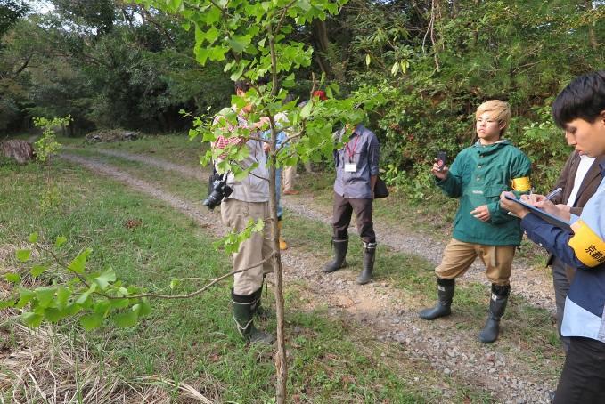 京都産業大学の学生が、三重県いなべ市にある公園の利用促進に向けて、樹木名や特徴をまとめた看板を設置