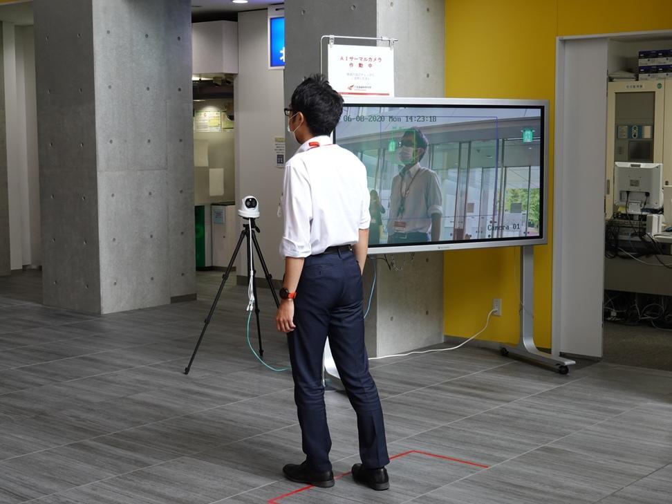 北海道科学大学 講義棟(A棟)1階にAIサーマルカメラを設置しました