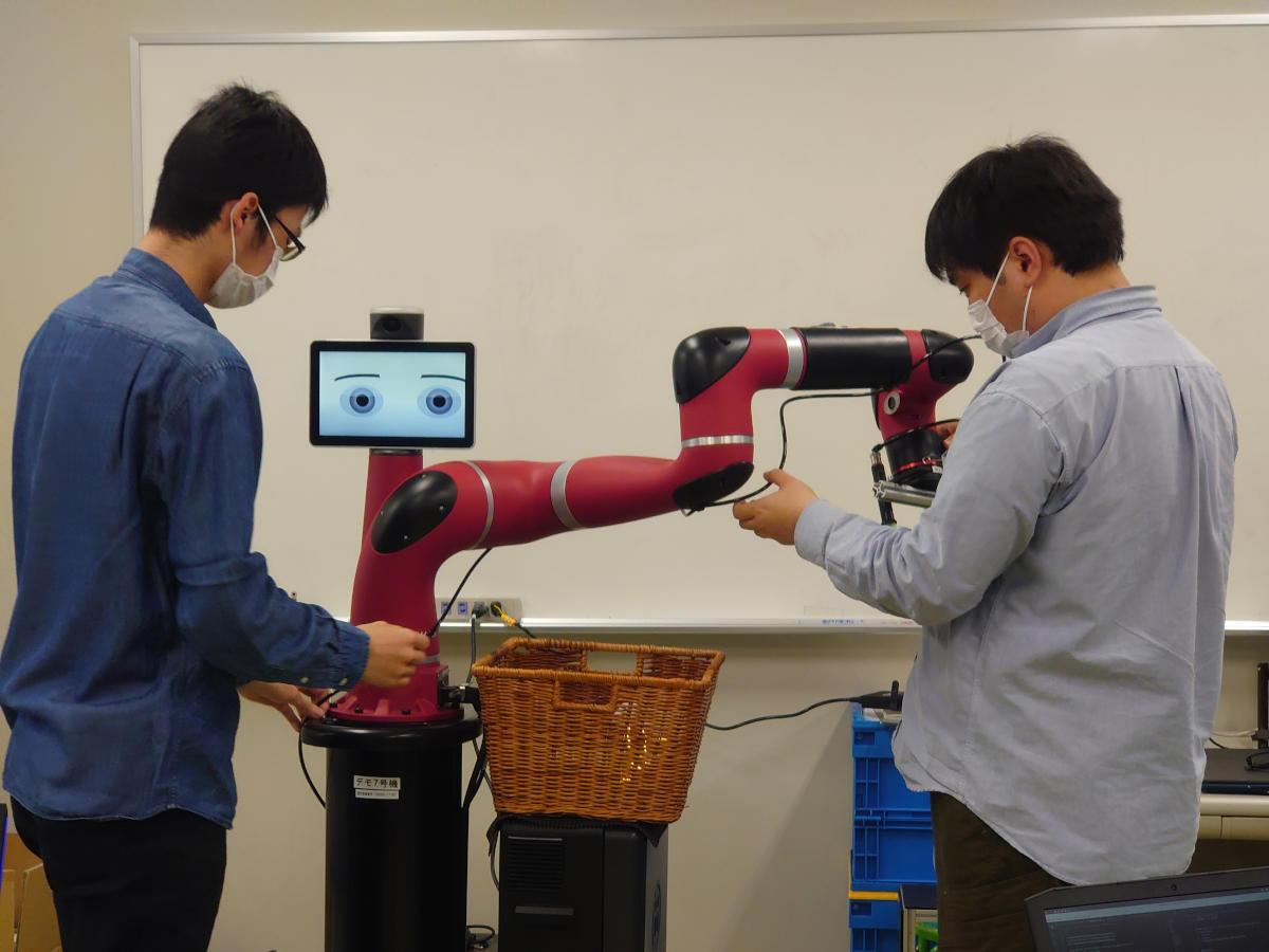ロボティクス学科の出村研究室と住友重機械工業株式会社が協働ロボット「Sawyer」を活用した新たな取り組みをスタート。国際ロボット競技会での入賞、中小企業でのロボット活用の推進をめざして