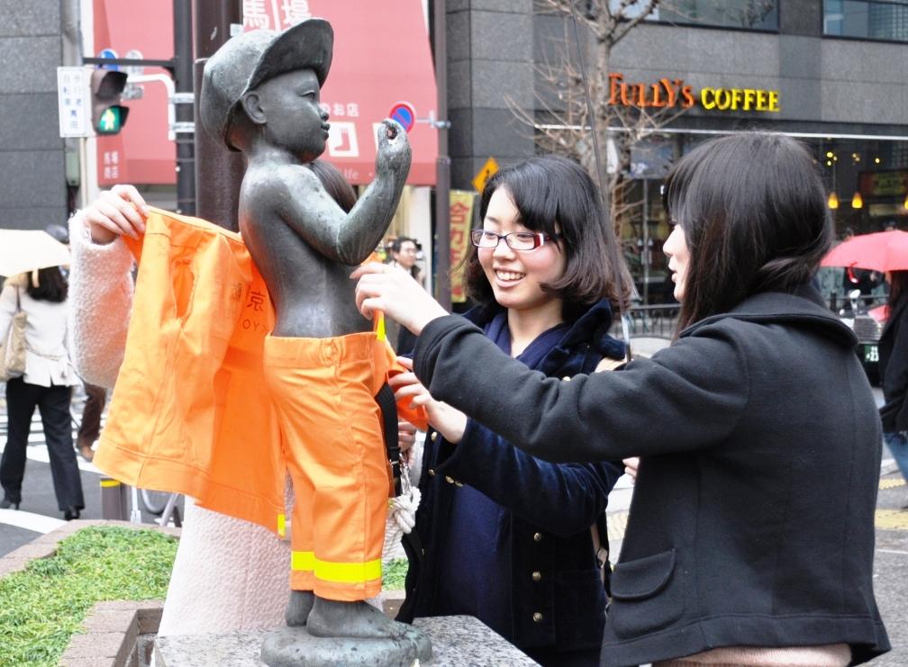 大妻女子大学が地域の火災予防に協力――子どものブロンズ像にレスキュー隊員の制服を着せて「春の火災予防週間」をPR