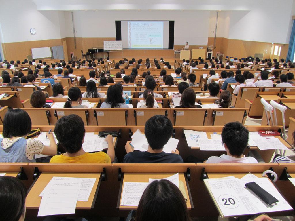大学生活をどう過ごすか――北里大学がキャリア教育科目「仕事と人生」で1年生と上級生の対話を実施