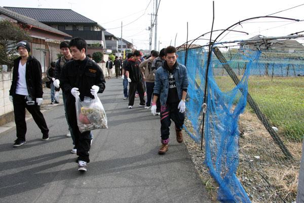 日本工業大学の学生が地元・宮代町の人々と共に通学路の清掃美化活動を実施