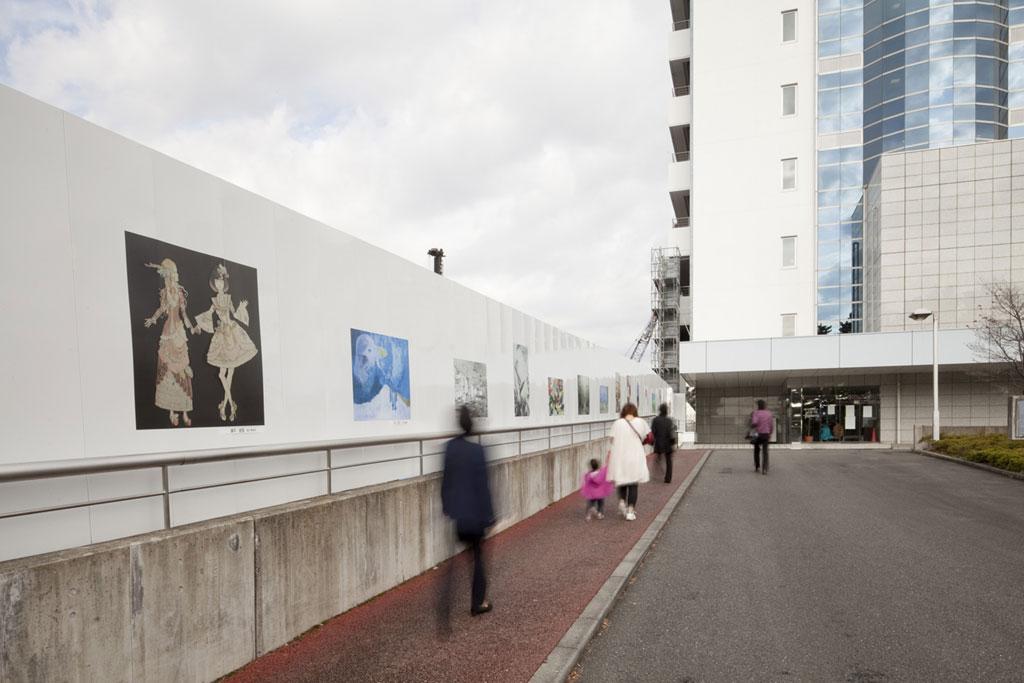 医学と芸術のふれあい――北里大学相模原キャンパスの新病院建設現場に女子美術大学のアート作品を展示