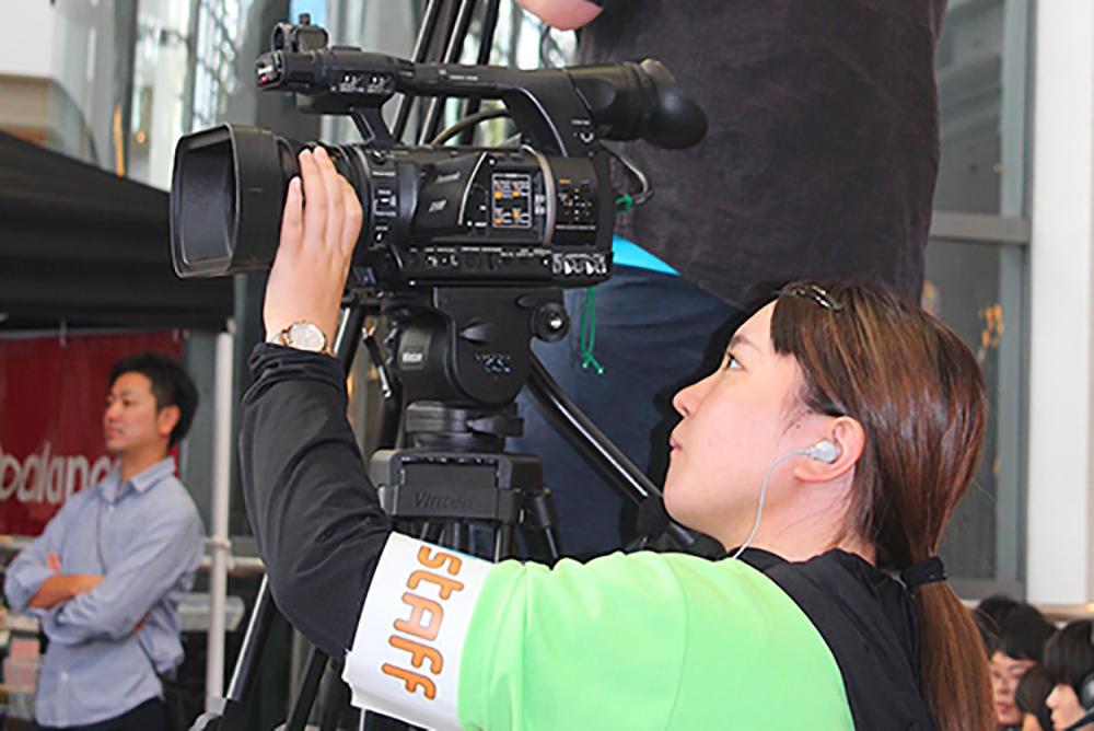 「トリッキングバトル」の全日本&世界大会で、大阪電気通信大学の中継チーム「電chu!(でんちゅう)」が中継を行いました