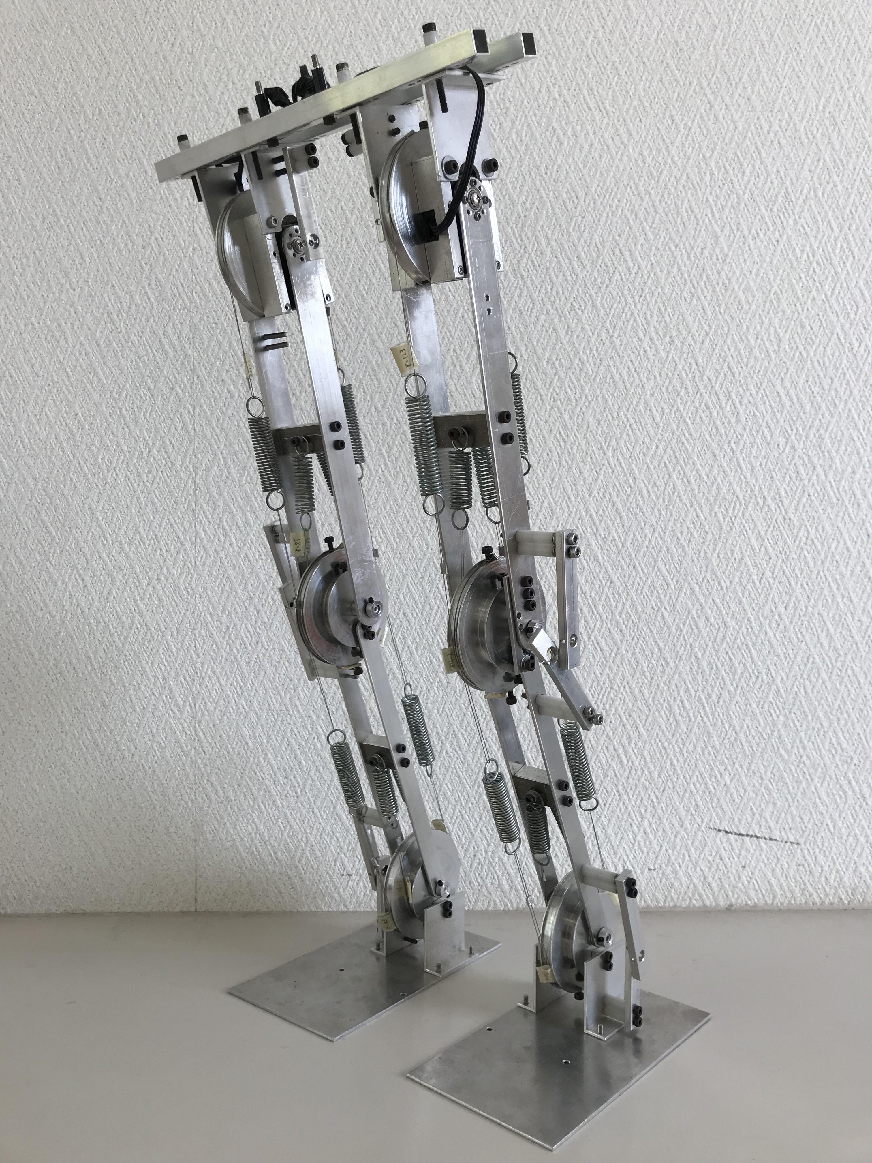 陸上四肢動物の上下肢の動作原理を模擬。脳卒中片麻痺患者などを対象とした新しいリハビリ用長下肢歩行補助装具の開発を開始。金沢工業大学佐藤隆一教授の研究グループ。