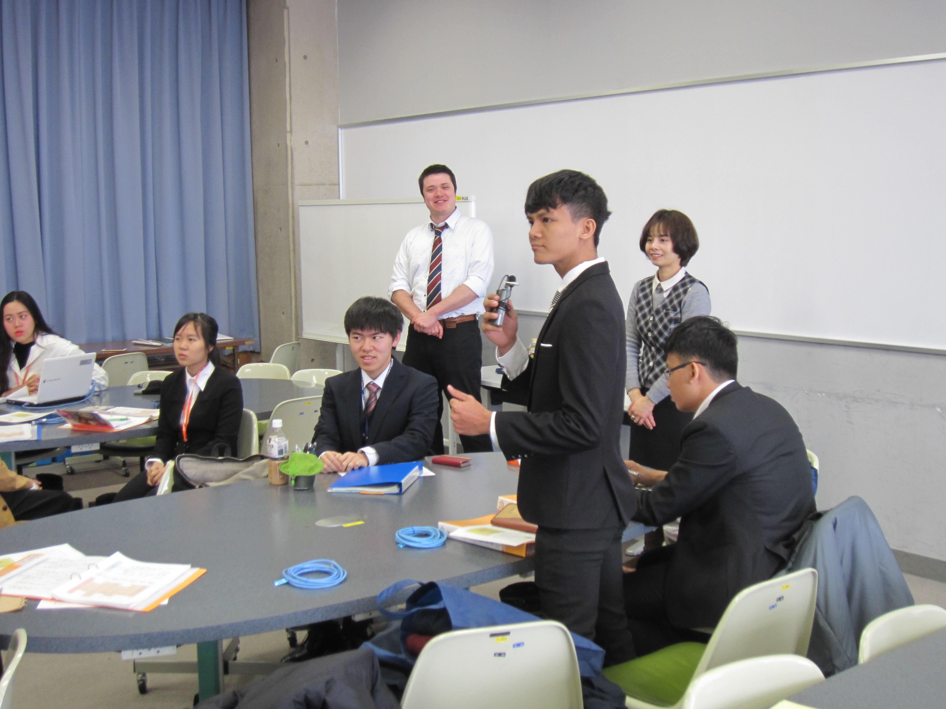 文化を超えて学生がペアを組み、企業での実習を通じて問題発見・解決に取り組む。越日工業大学(ホーチミン)の学生23名と金沢工業大学の学生23名がペアを組み(バディ制度)、日本でインターンシップを実施