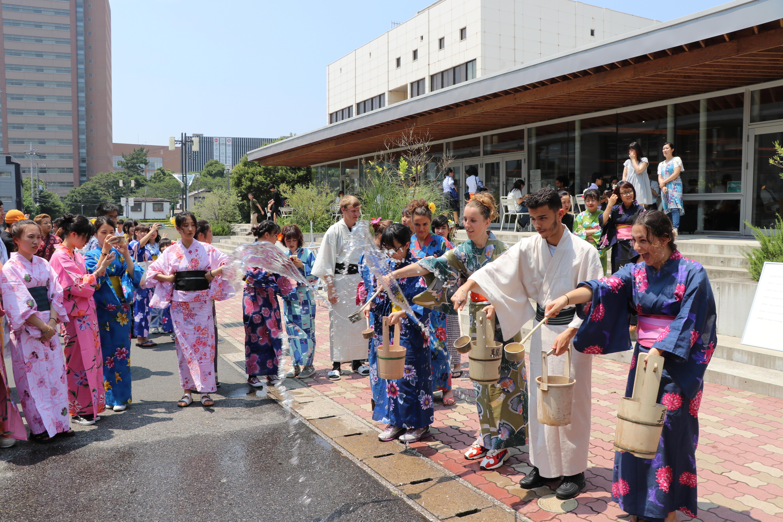 千葉商科大学「打ち水で涼しく大作戦!」 昔ながらの日本の節電アクションを体験 -- SDGs13「気候変動に具体的な対策を」