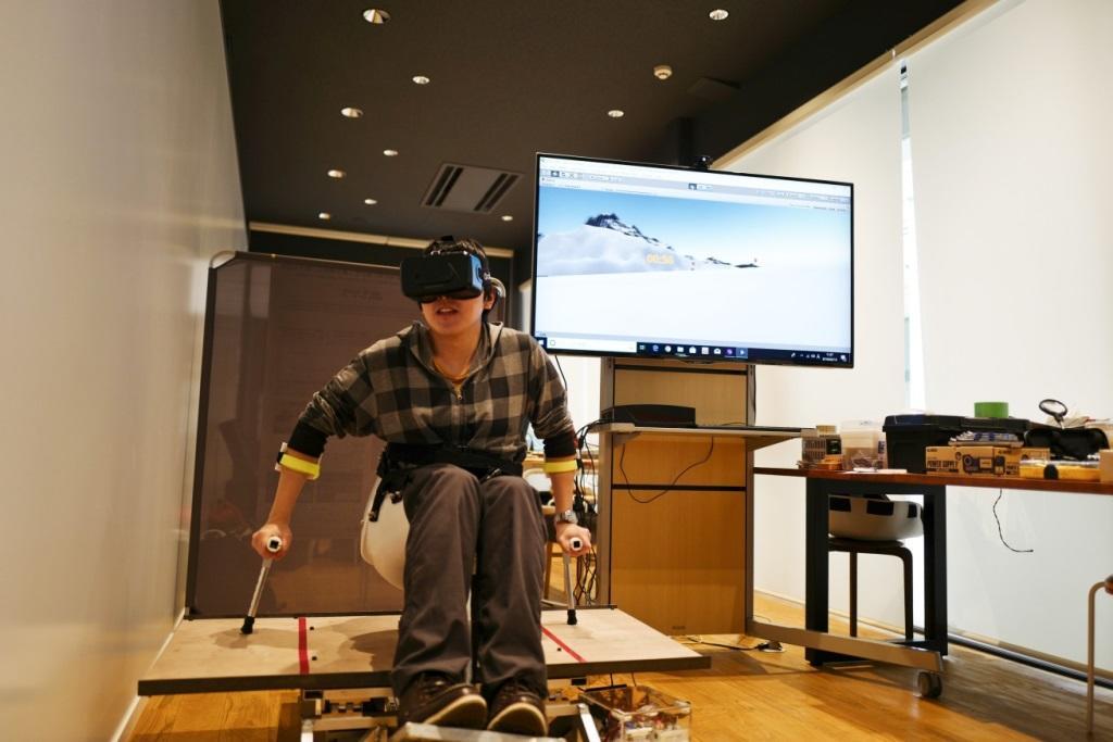 卒業研究で金沢工業大学の学生が日本初のVR型チェアスキー・シミュレータを開発。プロジェクトデザインIII(卒業研究)公開発表審査会とクラスター研究室発表会で実機を公開し、デモンストレーションを実施。
