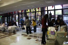 「直接対話の場」を目指し、学生運営のコミュニケーション・スペースに人の輪が広がる――大阪国際大学で12月21日まで設置