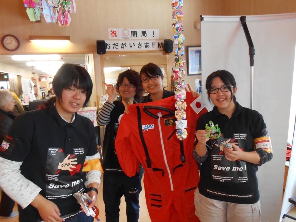 奥羽大学ライフサポート部が東日本大震災での避難者を訪問――JAXAと協働し、実験などを披露