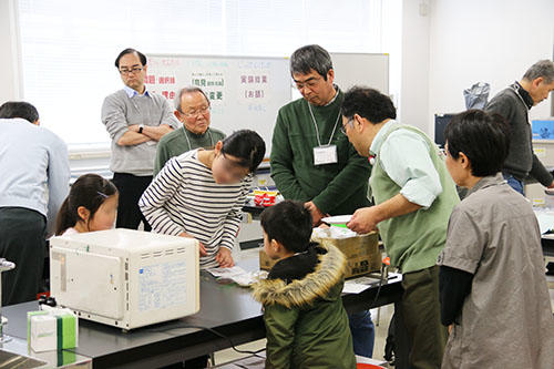 公開講座 親子孫でたのしい仮説実験講座「あかりの科学」を開催 -- 大阪電気通信大学