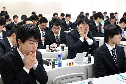 就職活動本格化を控えた3年生男子学生に印象アップの秘訣を伝授するマンダム「就活身だしなみセミナー」を開催 -- 大阪電気通信大学