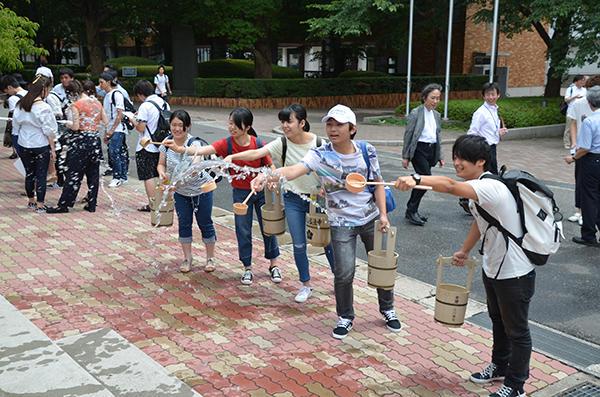 千葉商科大学が取り組む日本初の「自然エネルギー100%大学」への挑戦 -- 節電アクション「打ち水で涼しく大作戦」