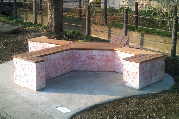 日本工業大学建築学科生が、宮代町との官学連携事業により2つのベンチを設計・製作――町のお花見スポットに新たな魅力を添える
