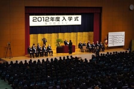 弁護士である東京経済大学教員が4月1日、新入生の保護者を前に注意喚起のガイダンス――巧妙化する犯罪にだまされないために