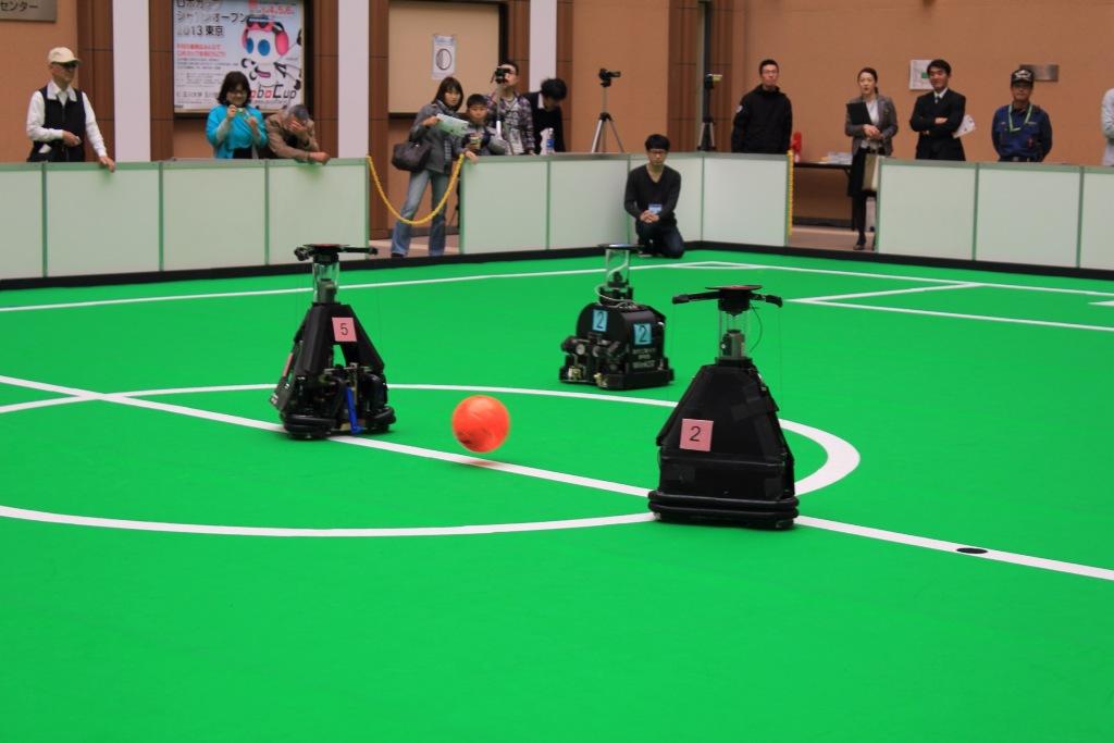 九州工業大学が「ロボカップジャパンオープン2013東京」のサッカー中型ロボットリーグで6連覇(優勝7回目)の快挙を達成――各部門で多数受賞